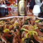 Excelente pizza, ensaladas y cervezas en un ambiente familiar y de buena onda. A media calle de