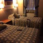 la chambre était très propre, les lits confortable, la wifi gratuite dans tout l'hôtel . Bon hôt