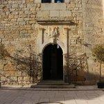 L'entrée du Château de Cas aux armoiries de la famille