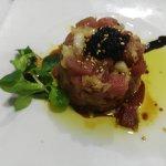 Exquisito tártar de atun y caviar.