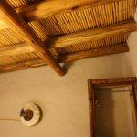 Le plafond des chambres avec isolation thermique en roseaux creux