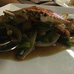 На территории есть ресторан морепродуктов, ужин на 5 чел вышел 6000 бат