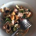 Ensalada Cesar con pollo de corral, picatostes caseros y brotes verdes