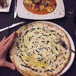 La pizza de tamaño estaba bien, pero era tapan fina que me la comí y me quedé con hambre.