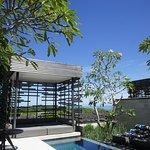 プライベートプールと、海を臨むカバナ