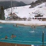 Venkovní termální bazén s pohledem na sjezdovku