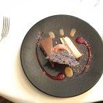Entremets noisette, glace pralinée rose et crème anglaise