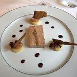 Foie gras de canard à la figue, marmelade de coing et pain d'épice croustillant
