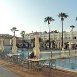 Zona de la piscina con su agradable entorno.