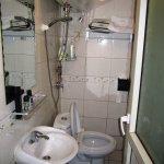 Casa de banho pequena, fria e desconfortável. A precisar de reparos.
