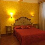 Camera Lorenzo. Doppia arredata in stile classico fiorentino con decorazioni realizzati su misur