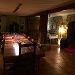 Une salle à manger et salon très conviviaux avec le Poele a bois, une décoration authentique et