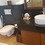 Deluxe Seaview Room: Toilet and sink
