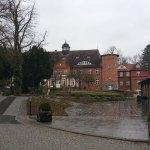 Hinten das Schloss - rechts die Waldresidenz