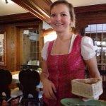 la serveuse en costume d'époque plus un aperçu des boiseries