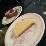 part de tarte au citron et part de gateau pistache et fruits rouges