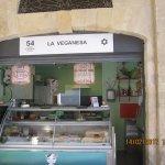 Es un puesto dentro del mercado de Abastos, Cádiz, que vale la pena conocer y comer en él