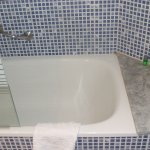 Small bath with shower screen
