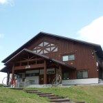 斑尾高原の入り口に立つビジターセンター。斑尾高原観光協会の事務局もあり観光案内や宿泊案内も。