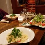 Hausgemachte Nudeln und Salat mit Hähnchenfiletstreifen