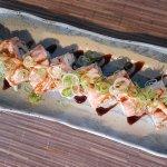 spicy salmón uramaki con tataky