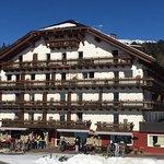Hotel hinten mit Blick auf Berg