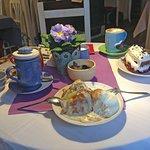 Bratapfel mit Vanilleeis und Vanillesauce sowie Eierlikörtorte mit Kirschen