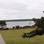 El hotel está junto al lago