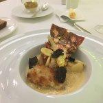 Le homard breton en croûte de riz, bouillon épicé de pinces, racines confites