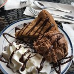 Expresso chocolate ice cream with homemade chocolate chip cookie .    Amazing !    Sampler creme