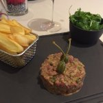 Steak Tartare d'Onglet de Bœuf, Frites et Salade