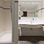 Badezimmer mit Dusche, Kosmetikspiegel und Fön
