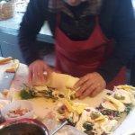 Un rotolo farcito di formaggio viene messo sulla base del panino, che da grande diventa... enorm