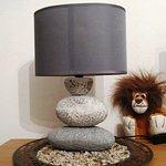 Wunderbare Nachttischlampe im Zimmer
