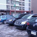 Parking devant l'hôtel