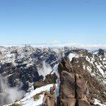 verschneiter Wanderweg am Gipfel
