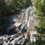Ein Wasserfall in der Nähe des Hotels