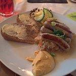 6 Bratwürstchen auf sächsischem Sauerkraut und Bauernbrot