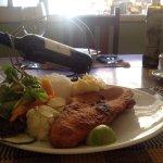 File de peixe com salada e purê de batata Comida com amor da cozinheira dona Ana e Excelente ate