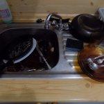 Les rares poeles et casseroles toujours sales, impossible de cuisiner, aucun controle de recepti