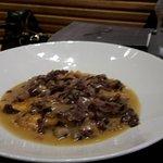 ravioli farciti di pere e formaggio erborinato con salsa d'indivia e radicchio