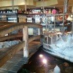 Gastraum: Brücke mit Teich