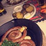 Placek po zbójnicku oraz kiełbaski jagnięce z pieczonymi ziemniakami..