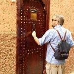 Дверь в Риад. Можно позвонить или постучать.