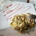 Revuelto de ajetes y champiñones y patatas revolconas. Primeros platos del menú