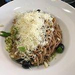Vollkornspaghetti mit roten Linsen, Birnen, Oliven, Basilikum, Schnittlauchöl und Parmesan