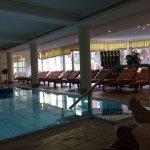 Weitere Liegen und Strandkörbe am Pool