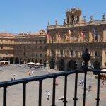 Habitación triple con baño y balcón a la Plaza Mayor de Salamanca