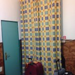 Ventana de habitación con Recepción y entrada al baño.