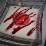 Crema de iogurt amb xarrup de gerds i salsa de maduixes, la guinda de una gran cena